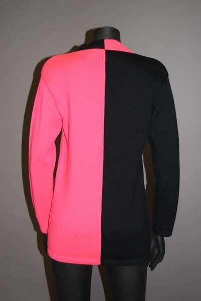 Maglia di lana bicolore, fucsia e nera, con scollo a V.
