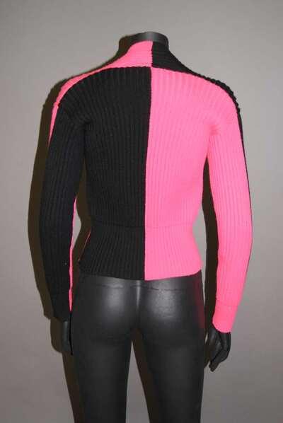 Maglia di lana bicolore, nera e fucsia, con scollo a V.