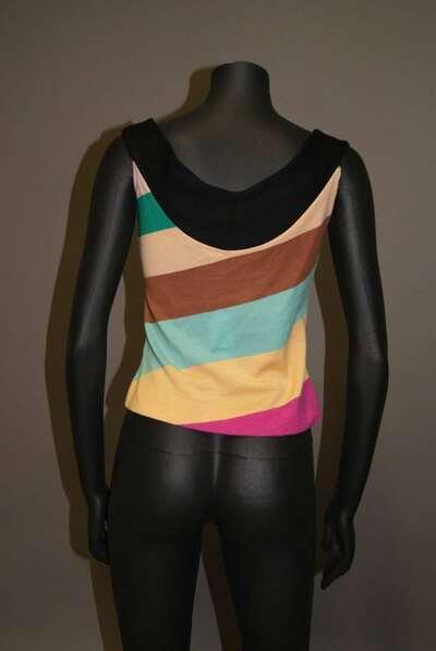 Top in lana a strisce nei colori del nero, azzurro, marrone, verde e varie tonalità di rosa.