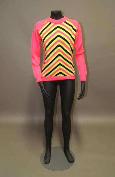 Maglia di lana a strisce nei colori del nero, fucsia e giallo.