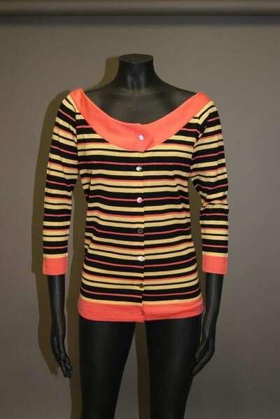 Maglia di lana a strisce nei colori del nero, corallo e giallo.