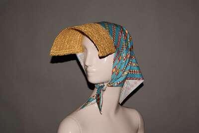 Collezione Siciliana: visiera in paglia intrecciata naturale con foulard in popeline di cotone stampato, disegno