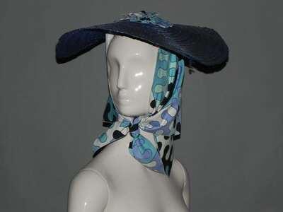 Collezione Palio: cappello in paglia intrecciata di colore blu con foulard in popeline di cotone stampato, disegno
