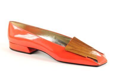 capretto rosso con riporti in legno