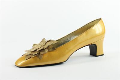 capretto giallo con accessorio petali color  oro vecchio