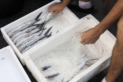 Proceso de salado de pez volador