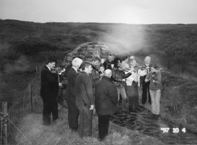 Peter Campbell, fiddle, Jimmy Campbell, fiddle, Vincent Campbell, fiddle, Danny McAuley, Jo McAuley, fiddle, Tara Connaghan, fiddle and unidentified men at the Mickey Doherty Memorial, Eadaninfagh, Co Donegal as part of the Glenties Fiddlers' weekend, 1997