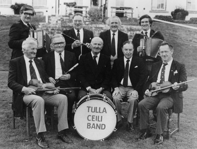 Tulla Céilí Band [Sean Conway, accordion ; J.J. Conway, flute ; Michael Whyte, accordion ; Michael McKee, accordion ; P.J. Hayes, fiddle ; J.C. Talty, flute ; Michael Flanagan, drums ; George Byrt, piano ; Michael Murphy, fiddle] 1986