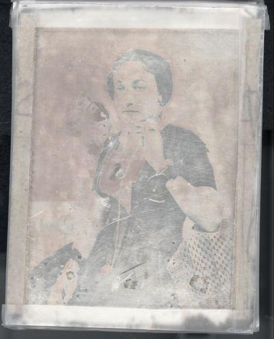 Schöne sehr schlanke Dame mit melancholischem Gesichtausdruck, Dreiviertelfigur, an einem Tisch sitzen, den Kopf auf die linke Hand gestützt