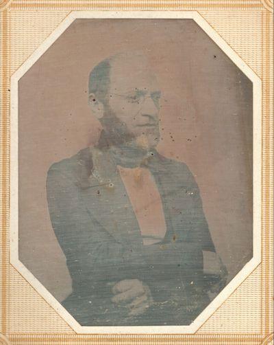 Bildnis eines Mannes, halbe Figur, mit Nickelbrille und Backenbart