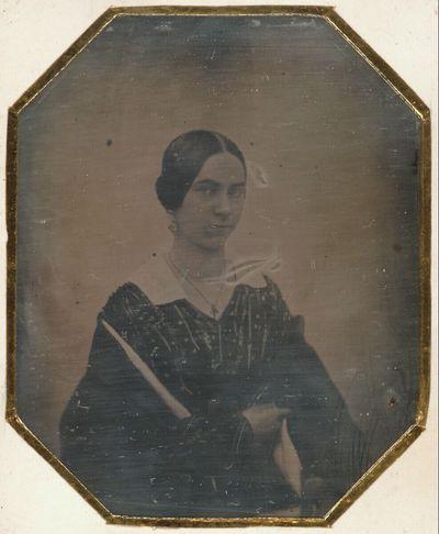 Bildnis einer jungen Frau, halbe Figur, in einfachem Kleid mit weißem Kragen und Stola