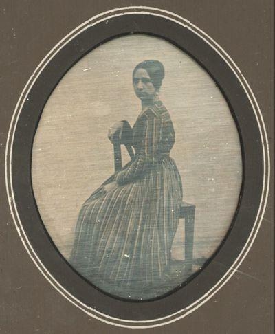 Damenbildnis, ganze Figur, in einfachem gestreiften Hauskleid, auf einem Stuhl sitzend, Leinenhintergrund