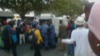 Mor un taxista per la brutalitat policial a Sud-àfrica