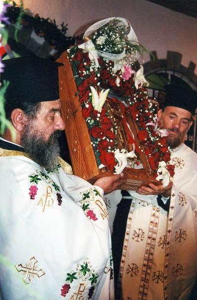 Ιερείς τοποθετούν στο στολισμένο επιτάφιο την εικόνα της τίκτουσας Αγίας Άννας.