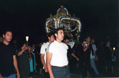 Νεαροί άνδρες μεταφέρουν τον επιτάφιο της τίκτουσας Αγιάννας κατά την διάρκεια της τελετουργικής της περιφοράς στο χωριό.