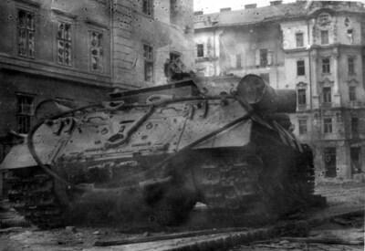 Kilőtt tank a Kilián laktanya előtt / Wrecked tank in front of the Killian barracks
