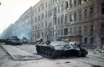 A Kilián laktanya mellett elhaladó tankok / Tanks passing by the Killian Barracks
