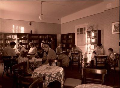 Társasági élet egy művelődési ház könyvtárában / social life in the library of a cultural center