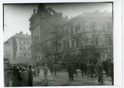 Tömeg az Üllői úton, háttérben a romos Kilián laktanya / Crowd on the Üllői street in the background is the ruined Killian Barracks
