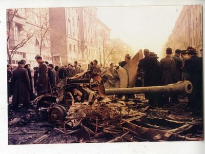 Löveg roncsa az Üllői úton, a Kilián laktanya előtt / Wreckage of a cannon at Üllői Street, in front of the Killian Barracks