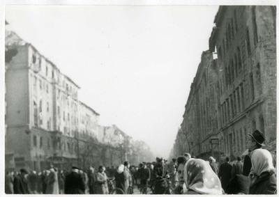 Járókelők az Üllői úton a Corvin köz és Kilián laktanya között / Pedestrians between Üllői Street, Corvin Square and the Killian Barracks