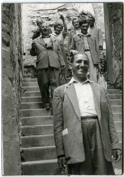 Lépcsőn vonuló csoportkép / Group portrait on the stairs