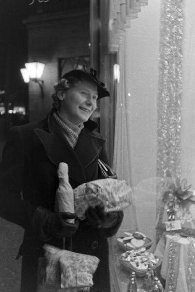 Frau bei Weihnachtseinkäufen