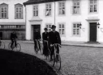 De Kongelige paa Cykler i Fredensborg Slotsgaard
