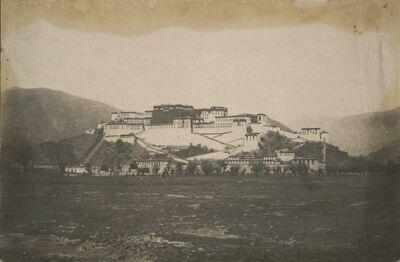 Altura Martori col palazzo Bodalà del Dalai-Lama, presa a distanza più breve od alquanto più ad occidente della precedente fotografia
