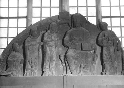 Tympanon: Christus zwischen Petrus und Maria mit heiligen Bischöfen
