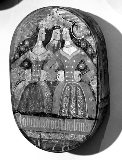 Haubenschachtel mit einem Herren von zwei Damen umgeben