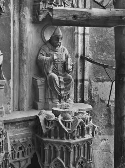 Sixtusportal — Rechte Archivolten — Papst