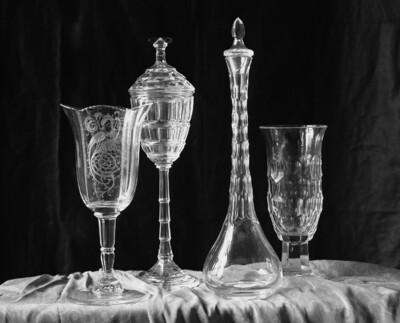 Glas mit Pfauendarstellung