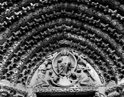 Christus in der Mandorla, umgeben von den vier Evangelistensymbolen, Maria und Johannes, unten legen Königin Konstanze und König Wenzel I. ein Modell der Kirche zu seinen Füßen