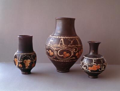 Trinkgefäße und ein Fläschchen, Mitte (Inv.-Nr. 8071, Höhe: 23 cm), rechts (Inv.-Nr. 25,851, Höhe: 14 cm)