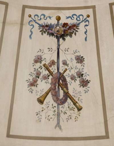 Spätklassizistische Deckenmalerei — Embleme der Musik und der Jagd — Schalmeien und Rosen