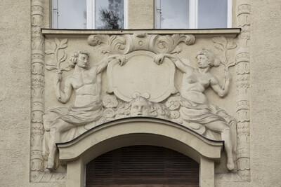 Relief mit Kartusche sowie männlicher und weiblicher Figur