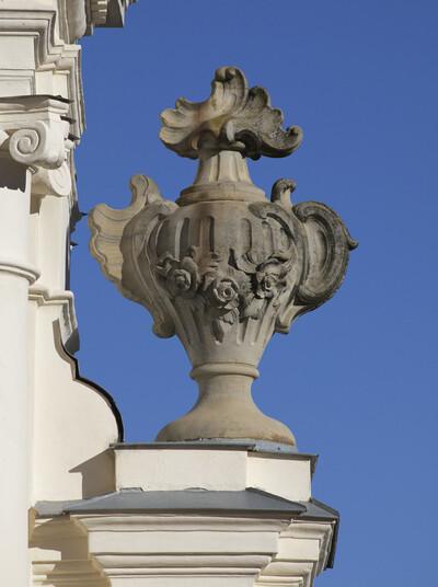 Vase mit Rocailleornament und Blumengewinde