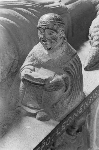 Grabmal des Bischofs René de Rieux-Sourdeac: Sitzender Mönch mit Buch