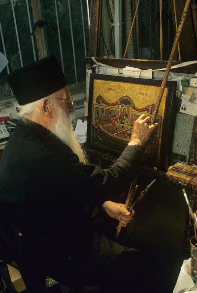 Ein Mönch des Klosters Stavrovounis beim Malen einer Ikone