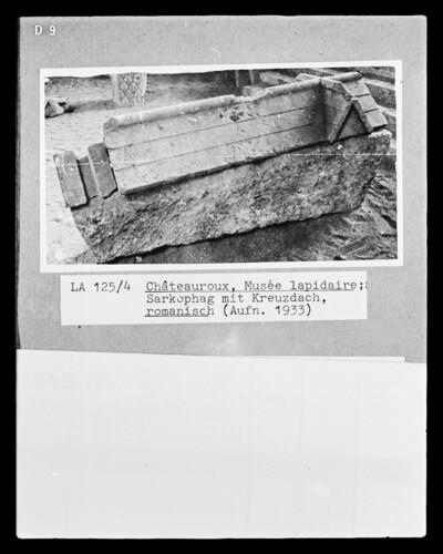 Sarkophag mit Kreuzdach, Schmalseite mit Hand Gottes