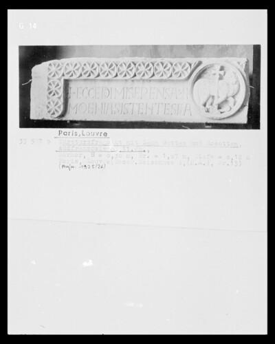 Türsturz mit Agnus Dei, Rosetten und Inschrift