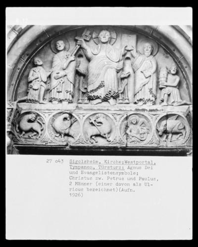 Tympanon mit Christus zwischen Petrus und Paulus (zwei Männer knien beiderseits der Apostel); Türsturz mit Agnus Dei und Evangelistensymbolen