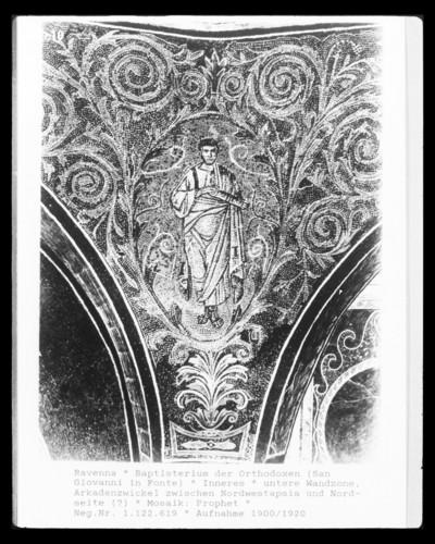 Mosaikdekoration — Nischen mit Thrönen und Altären — Propheten in Ranken