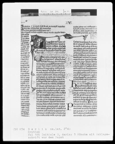 Decretum Gratiani, mit Kommentar des Bartholomäus von Brescia — Initiale D, darin drei Mönche mit Anklageschrift vor dem Papst, Folio 185recto
