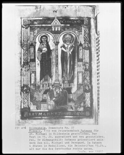 Sogenanntes Ratmann-Sakramentar und Missale — Widmungsbild: Ratmann präsentiert sein Werk dem heiligen Michael und Bernward., Folio 111verso