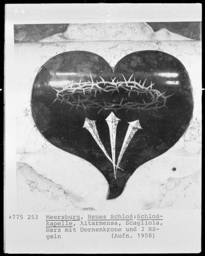 Altarmensa: Herz mit Dornenkrone und drei Nägeln