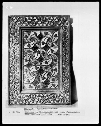 Kästchen in Flachschnitt mit alter Fassung, von oben gesehen