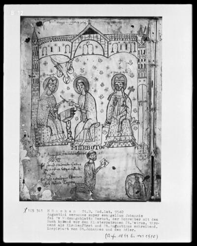 Augustini Sermones super evangelium Johannis — Der Schreiber Merbot mit seinem Buch kniend zu Füßen der Heiligen Petrus, Johannes und Augustinus, Folio 1verso