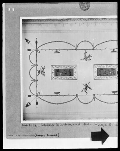Deckendekoration im pompejanischen Stil mit tanzenden Satyrn und Ziegenböcken